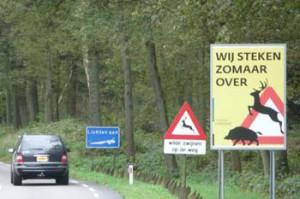 Borden langs de weg waarschuwnen voor wild dat de weg kan oversteken.